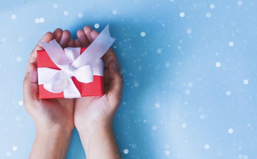 Kvinde der overrækker gave