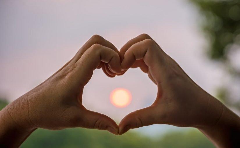 Hænder der former et hjerte